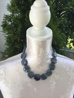 Halskette dunkelblau, aus Tonsteinen gefertigt, sFr. 49.-- Pearl Necklace, Beaded Necklace, Pearls, Jewelry, Fashion, Stones, String Of Pearls, Jewellery Making, Moda