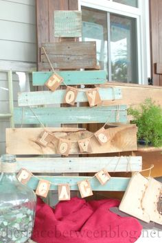 pallet wood garland on a pallet slat tree, how perfectly rustic is this look for a porch or entry way!  all of the DIY instructions on this blog, and a lot of other fun pallet project ideas.