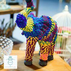 Nos gusta hacer de lo normal algo diferente, innovador y lleno de estilo, este elefante creado en estos colores es una muestra de ello, y un elemento que puede ser el #ObjetoDelDeseo de quienes lo vean. Ideas #Conceptual para todo tu universo.