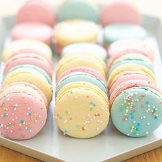 Pastel macarons by Cupcake Jemma Delicious Desserts, Dessert Recipes, Yummy Food, Cupcake Jemma, Macaroon Cookies, French Macaroons, Pastel Macaroons, Macaroon Recipes, Rainbow Food