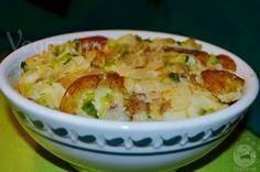 Batatas douradas com alho poro e rodelas de cebolas.Uma combinação perfeita de sabores que faz deste prato tão simples uma refeição muito e...