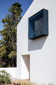 Photographs: Amit Geron Architecture and interior design of a two story house in Kibbutz Givat Hashlosha. Overlooking a landscape of open fields, and stationed on a long and narrow plot, the house was conceived as a barn-like structure that corr. Facade Design, Exterior Design, Minimalist Architecture, Architecture Design, Casa Kardashian, Great Buildings And Structures, Modern Buildings, Modern Windows, Futuristic Design