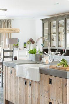 Dit is de top 5 van de Landelijke keukens die wij op maat hebben mogen maken voor onze klanten. Bent u op zoek naar een nieuwe keuken? Dan is een landelijke  keuken van RestyleXL zeker iets om over na te denken. Wij hebben al diverse landelijke keukens ontworpen en gemaakt. Zoekt u iets unieks en speciaals met een landelijke uitstraling? Dan is een RestyleXL keuken wellicht iets voor u! #landelijke #landelijkekeuken #landelijk #keuken Farmhouse Kitchen Decor, Ikea Kitchen, Kitchen Interior, Free Kitchen Design, Modern Kitchen Design, Painting Kitchen Countertops, Diy Kitchen Lighting, Fixer Upper Kitchen, Kitchen Gallery