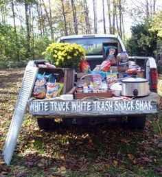I wanna throw a random redneck party Redneck Birthday, 16th Birthday, Birthday Bash, Birthday Ideas, Redneck Games, Redneck Humor, Redneck Crafts, Trailer Trash Party, Hillbilly Party