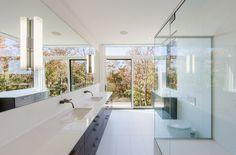 banheiro moderno com piso branco