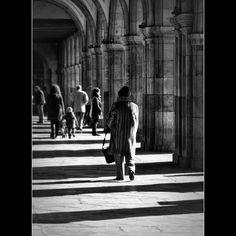 Bajo los arcos de la Plaza Mayor