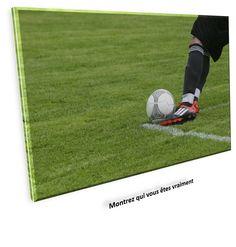 Discussion autour de la table. Les commentaires vont bon train, ils concernent la manière d'être sur le terrain d'un célèbre footballeur.…