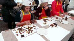 Die Kinder malen mit Schoko-Farbe