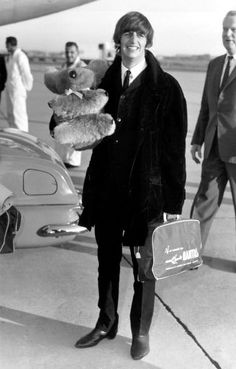 Ringo Starr of The Beatles - Ringo Starr at Kingsford Smith Airport, Sydney, on 14 June 1964 with a stuffed koala and Qantas bag. Starr joined the Beatles' Australian tour several days late due to tonsilitis. The Beatles, John Lennon Beatles, Beatles Photos, Ringo Starr Photograph, Music Rock, Richard Starkey, The Fab Four, Yellow Submarine, George Harrison