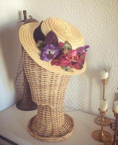 Minicanotier con flores de terciopelo en tonos granates y morados con velo #CarideNicolasTocados www.caridenicolas.com