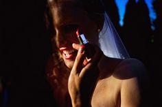 Eine Braut kann sogar mit Lippenstift auf den Zähnen super aussehen. #braut #schleier #hochzeitskleid #hochzeitsmakeup #hochzeitstag #brautporträt #bride #weddingdress
