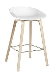 En+barstol+skal+være+god+å+sitte+i,+og+det+er+denne! Barstolen+AAS+32+About+a+stool+er+i+samme+serie+som+den+populære+About+a+chair+AAC+22+stol+. Skall:+Hvit+Polypropylene. Base:+Solid+Eik Høy:+50+x+D+46+x+Sittehøyde+75+cm,+total+høyde+86+cm+(+På+lager+til+omgående+levering+) Lav:+50+x+D+43+x+Sittehøyde+65+cm,+total+høyde+76+cm+(+På+lager+til+omgående+levering )
