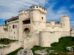 Castillo de Cuellar Medieval Town, Medieval Castle, Castle Pictures, Castillo Medieval, Gate House, Scottish Castles, Castle Ruins, Fortification, Beautiful Castles