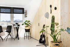 In Huizen maakten we een zolder waar plek is voor de hele familie. Aan het bureautje kan gewerkt worden, er is genoeg ruimte om hobbies uit te oefenen en er is zelfs een heerlijke relaxhoek. En dat in een lichte basic-stijl met warme elementen. Home Diy, House Inspiration, Home Office, New Homes, House, Underlayment, Home Decor, Room, Home Deco