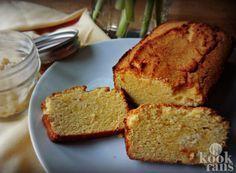 Dit kokosbrood bevat weinig koolhydraten en veel smaak! Bij kokosbrood denk je vaak alleen maar aan die plakjes in felle kleuren. Toch kun je ook een 'gewoon' brood maken van kokos en het leuke is: het is helemaal niet moeilijk! Het is de perfecte vervanger voor regulier brood en het is ideaal als