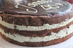 Moi!   Tälläisen kakun tein viikonloppuna Jannen 40-vuotisjuhliin. Toiveissa oli samanlainen kakku kuin serkkuni ylioppilasjuhlissa. Tämä k...