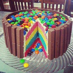 Kit Kat, M&M, ice cream cake. Everything delicious combined into one cake. One the other hand, from the top it could look like a ball pit cake! Yummy Treats, Delicious Desserts, Sweet Treats, Yummy Food, Dessert Healthy, Tasty, Cooking Photos, Cooking Tips, Kitty Party