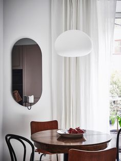Interesting play of warm and cool tints - via Coco Lapine Design Mirror Inspiration, Decoration Inspiration, Interior Inspiration, Minimalist Dining Room, Minimalist Interior, Modern Interior Design, Eclectic Furniture, Modern Furniture, Rooms Ideas