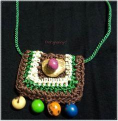 #Collar tejido en #crochet en hilo macramé e hilo de seda natural sobre cordón de pasamanería en seda y enhebrado de semillas centroamericanas. #ganchillo ♥ #jewelry