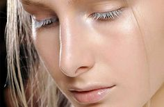 Strobing: aplica iluminador suavemente en la parte alta de tus mejillas, bajo el último tercio de tu ceja, en el punto alto de tu sien, la parte interna de los ojos, el puente de tu nariz, sobre el arco de tus labios y en tu pera. Puedes usar la yema de tus dedos para usar un iluminador líquido o en crema y difuminarlo bien, o una brocha en forma de abanico para aplicarlo en polvo.