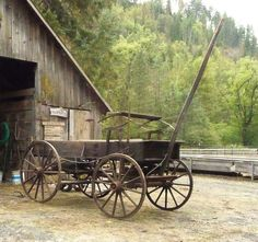 buckboard / wagon Barn Pictures, Scenery Pictures, Cool Pictures, Country Art, Country Life, Old West Town, Horse Cart, Horse Drawn Wagon, Wooden Wagon