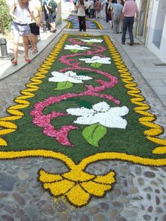 Corpus Christi flower carpets in Castropol, Asturias Gauri Decoration, Labyrinth Garden, Rangoli Colours, Celebration Around The World, Flower Rangoli, Flower Festival, Church Interior, Plant Art, Arte Floral