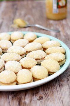 Tein elämäni ensimmäistä kertaa lusikkaleipiä parisen vuotta sitten. Yllätyin niiden herkullisuudesta, sillä muistelin niiden olevan mauttomia. Lusikkaleipien maukkauden salaisuus lienee voi, joka paahdetaan kevyesti kinuskiseksi ennen taikinan tekemistä, nam! Tuon paahtamisen kanssa kannatt… Lemon Curd, Deli, Cereal, Favorite Recipes, Cookies, Baking, Vegetables, Breakfast, Desserts