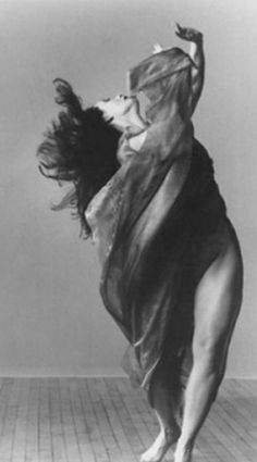 Dancer Isadora Duncan lived a self-consciously bohemian, eccentric life offstage… Isadora Duncan, Dark Fantasy Art, Dance Movement, Dance Photos, Lets Dance, Pose Reference, Art Photography, Contemporary Dance Photography, Portraits