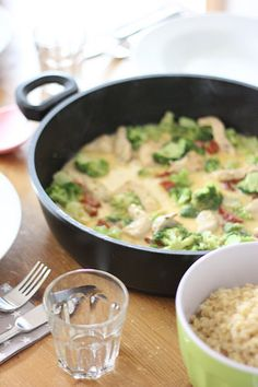 Heute aus der Rubrik: #leckapopecka Essen in unter 15 Minuten Viele Gerichte sind leider nur Semi-Fotogen und schmecken besser, als sie aussehen. Doch diese Ebly-Pfanne musste dran glauben. Sie war einfach zuuuu lecker, um sie Euch vorzuenthalten. Deshalb heute, ganz fix, ein köstliches & leichtes Rezept (leider mit mäßigen Fotos) … Ebly-Pfanne mit Parmesan-Hähnchen für 4 Personen 2 Tüten Ebly – gekocht 300 g Broccoli – aufgetaut oder kurz gekocht 300 g Hähnchenbruststreifen 50 g getrocknete…