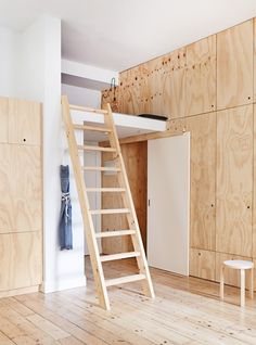 Cozy Melbourne apartment with white walls and wooden furniture .- Gemütliches Melbourne Apartment mit weißen Wänden und Holzmöbeln – Haus Und Deko Cozy Melbourne apartment with white walls and wooden furniture room paint - Plywood House, Plywood Walls, Plywood Furniture, Furniture Ideas, Plywood Cabinets, Loft Furniture, Furniture Design, Garage Cabinets, Apartment Furniture