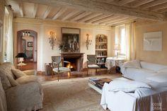 Restaurata conservandotutto il fascino originario,la casa di campagnasi racconta attraversole architetture mantenute inalterate, le strutturein legno e gli arredi d'epocadi diverse provenienze.