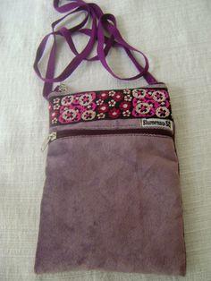 Pequena bolsa tiracolo feita em tecido. <br> <br>Medidas aproximadas: 14cm de largura e 19cm de altura.