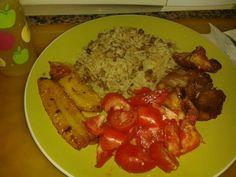 Arroz con guandu, tajadas, ensalada de tomates y carne frita.  Comida Panameña