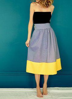 jupe-taille-haute-aux-rayures-en-noir-et-blanc-et-ourlet-large-en-jaune