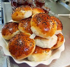 PUF PUF POGACA 2 su bardağı ılık süt (kaynak olmasin) 1 su bardağı sıvı yağ 2 yumurtanın akı (sarısı üzeri için) 2 tatlı kaşığı toz şeker 1 yemek kaşığı tuz 1 paket yaş maya (42 gr) 1 kiloya yakın un (kontrollü ekleyin) İsterseniz peynir (içi için) Uzeri icin ; susam veya corek otu Yapilisi; Un … Pizza Sandwich, Turkish Recipes, Croissant, Relleno, Bagel, Love Food, Baking Recipes, Sandwiches, Food And Drink