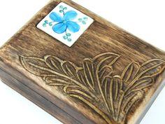 Drewniana szkatułka z ceramiczną ozdobą Wooden casket with ceramic decoration  http://www.etnobazar.pl/search/ca:przechowywanie-1?limit=128