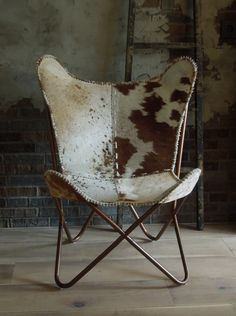 Vlinderstoel met koeienhuid
