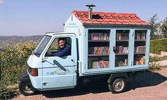 「Bibliomotocarro(図書館三輪車)」  屋根、付いてます 煙突だって付いてます!