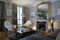 Au salon, années 1950 pour les fauteuils 770 de Joseph-André Motte retapissés en blanc, lignes actuelles pour le canapé aux formes géométriques et années 1970, pour la table en laque noire avec effet faux marbre, un peu kitsch.