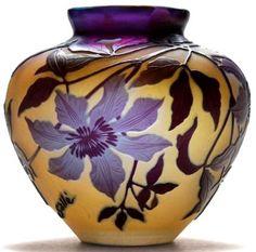 """Emile Gallé - """"clématites"""" vase à panse large. Décor multicouches gravé a l'acide."""