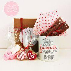 The Hot Chocolate Love Kit - Ένα υπέροχο δώρο για το ζευγάρι που περιλαμβάνει Kούπα της επιλογής σας, Σακουλάκι με σοκολάτα ρόφημα Cadbury, Σακουλάκι με λαχταριστά marshmallows, Δύο valentines μπισκότα-καρδούλες