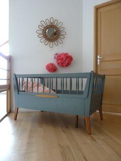 Ce lit bébé en bois massif vintage est rarissime car évolutif : il passe d'une taille de longueur de 122 cm à 193 cm, largeur 70 cm, hauteur 71 cm. en position bébé accepte un matelas de 110 …