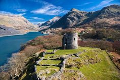Discover Dolbadarn Castle Ruins in Llanberis, Wales: The stately remains of Llywelyn the Great's mighty fortress. Welsh Castles, Castles In Wales, Scotland Castles, Snowdonia National Park, Visit Wales, Aberystwyth, Anglesey, Castle Ruins, Cymru