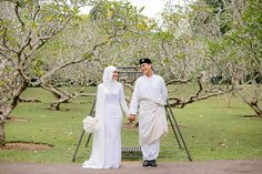 Razif and Sarah decided to celebrate their Singapore wedding solemnisation, or nikah, at Ba'alwie Mosque in a meaningful and intimate ceremony captured by Zakaria Zainal of We Made These. The couple looked resplendent in all white against the immaculate dais decorated by Fleursdeco and the bridesmaids stood out withpops of colour from batik skirts by Hello Prints & Patterns and tops from Fashion Valet.