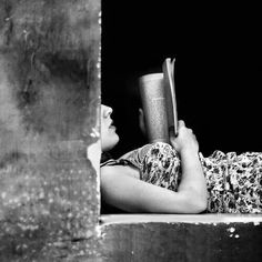 Le temps de lire - Virginie B Daily People Reading, Woman Reading, I Love Reading, Reading Books, Reading Art, Book Photography, Photography Women, Shadow Photography, Black White Photos