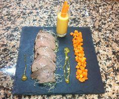 Roast beef con salsa de mostaza y miel con guarnición de gazpacho