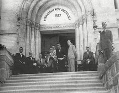 """Kızılçullu Köy Enstitüsü 1937'de İzmir, Manisa, Aydın ve Muğla illerinden seçilen öğrencilerle """"Köy Öğretmen Okulu"""" olarak İzmir Amerikan Koleji'nde başlayan eğitim, 1940 yılında """"Köy Enstitüsü"""" olarak sürdürülmüş; ilk mezun olanların tümü Hasanoğlan Yüksek Köy Enstitüsü'ne gönderilmiştir. 1950'den sonra karma eğitime son verilmiş, kız öğrenciler Kızılçullu'da toplanmıştır. O tarihe kadar yaklaşık 1300 öğretmen, sağlık memuru ve ebe mezun edilmiştir. Cumhuriyet tarihinin en dramatik değişim…"""