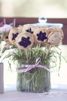 Słodki stół, a na nim m.in cake pops, czyli ciastka przekładane domowymi konfiturami na patyku.