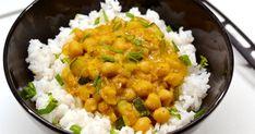 Mennyei Csicseriborsós-kókusztejes curry recept! A curry szuper étel, ráadásul egészséges is! Sokféle változata ismert, ez a csicseriborsós-kókusztejes curry egy zöldséges, kókusztejes verzió, ami tökéletes lehet vacsorára. Vegetarian Recepies, Healthy Recipes, Healthy Foods, Creative Food, Chana Masala, Curry, Hummus, Paleo, Food And Drink
