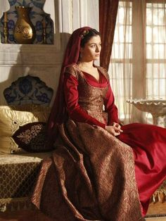 Love the rich textures and lines of this dress (Şah Sultan ¤ Muhteşem Yüzyıl)